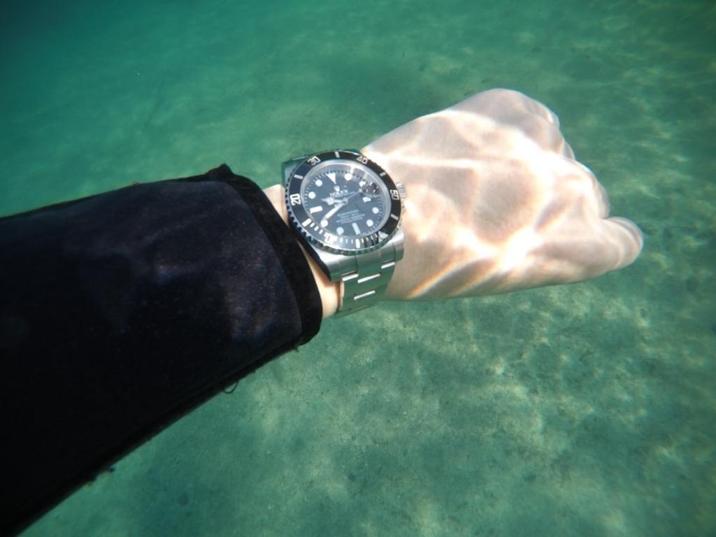 rolex submariner wristshot underwater 01