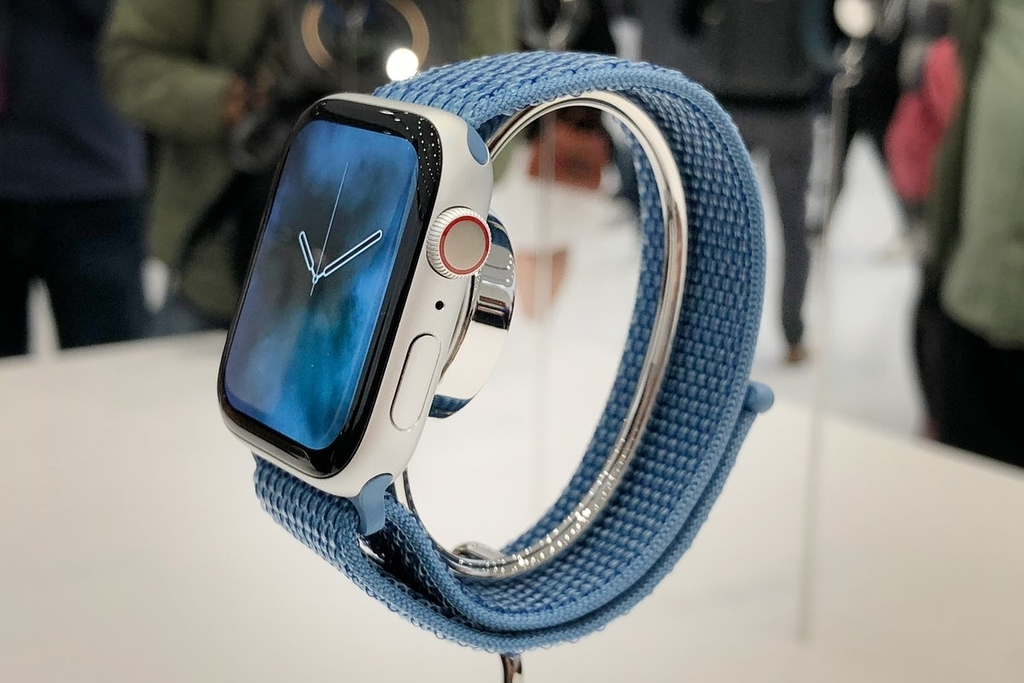 Apple Watch Series 4のケース右側には、マイク、ボタン、新しくなったデジタルクラウンが採用されています。