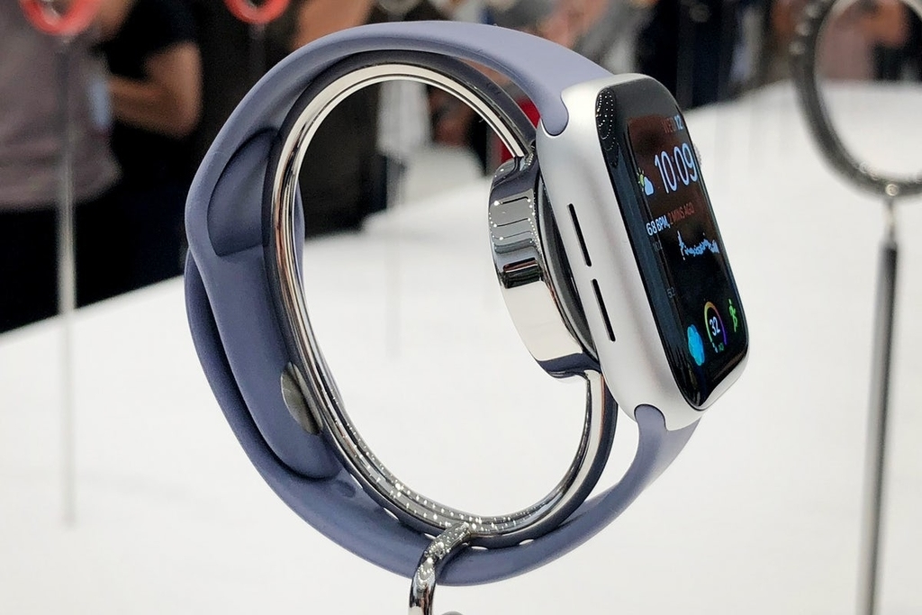 Apple Watch Series 4のケース左側には、大きくなったスピーカーが搭載されておりこれまでよりも50%音量が大きくなります。