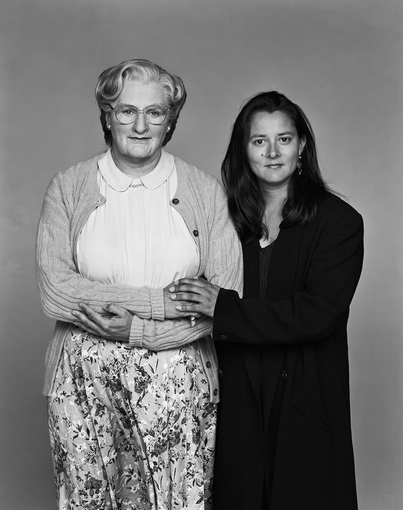 映画「ミセス・ダウト」の衣装をまとった故ロビン・ウィリアムズと妻マーシャ・ウィリアムズ