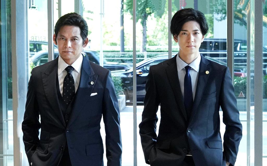 日本版スーツの織田裕二と中島裕翔
