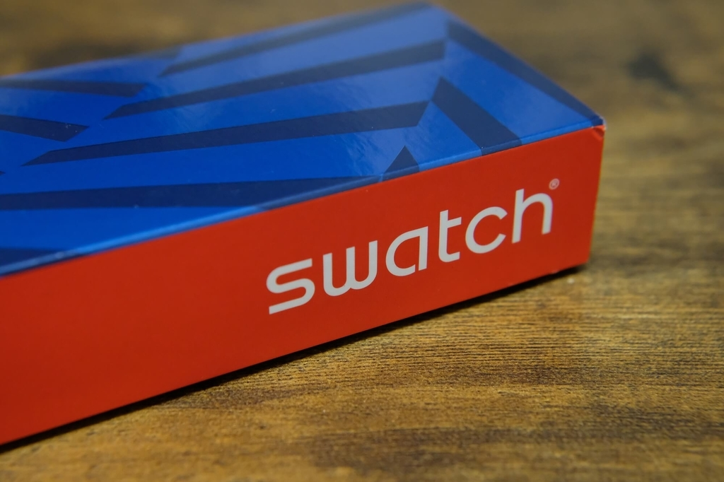 Swatch Sistem51 Blue Edition for HodinkeeのパッケージのSwatchロゴ