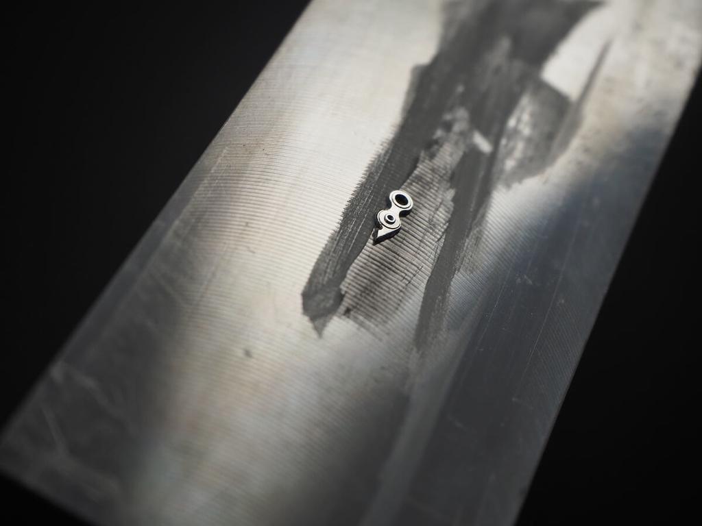 ダイヤモンドパウダーを亜鉛板の上に載せる様子