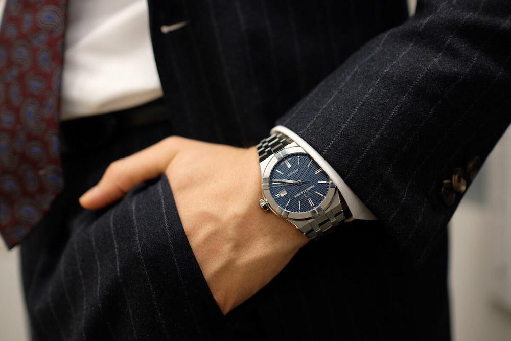 スーツに合わせてモーリス・ラクロア アイコンオートマティック 青文字盤を着用