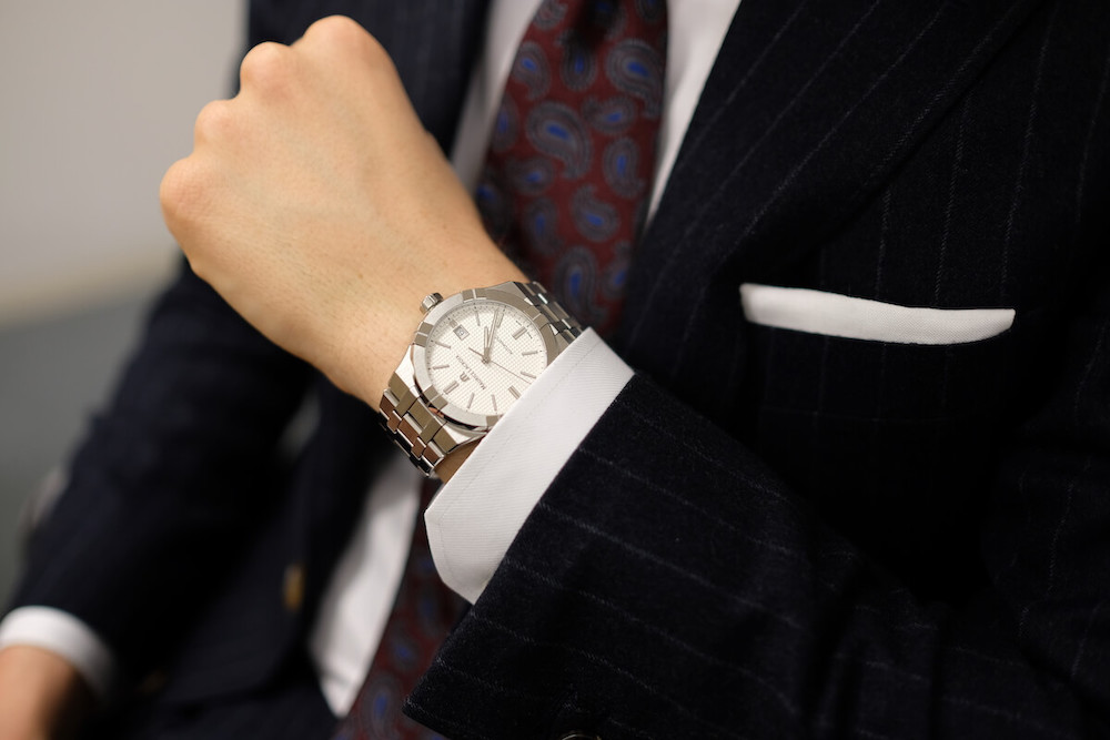 スーツに合わせてモーリス・ラクロア アイコンオートマティック 白文字盤を着用