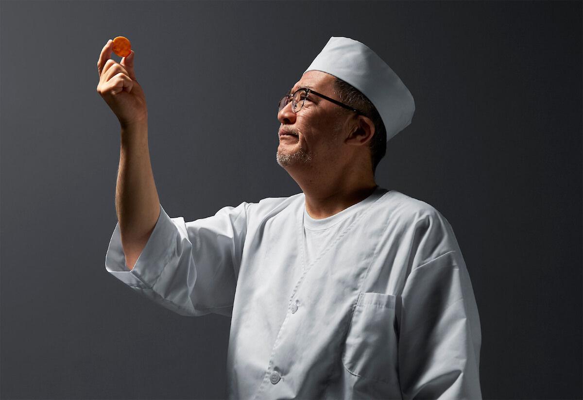 煎餅文字盤の焼き具合を確認する煎餅職人