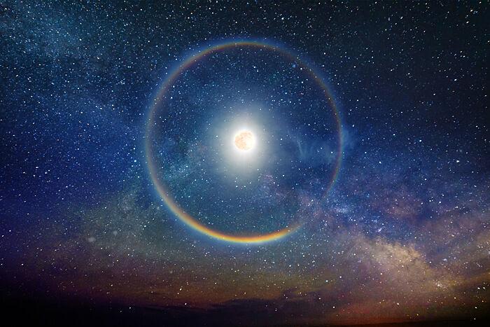 月の光で現れるルナレインボー(月虹、白虹とも呼ばれる)