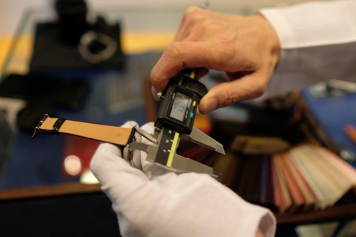 金属製のノギスでラグ幅を計測