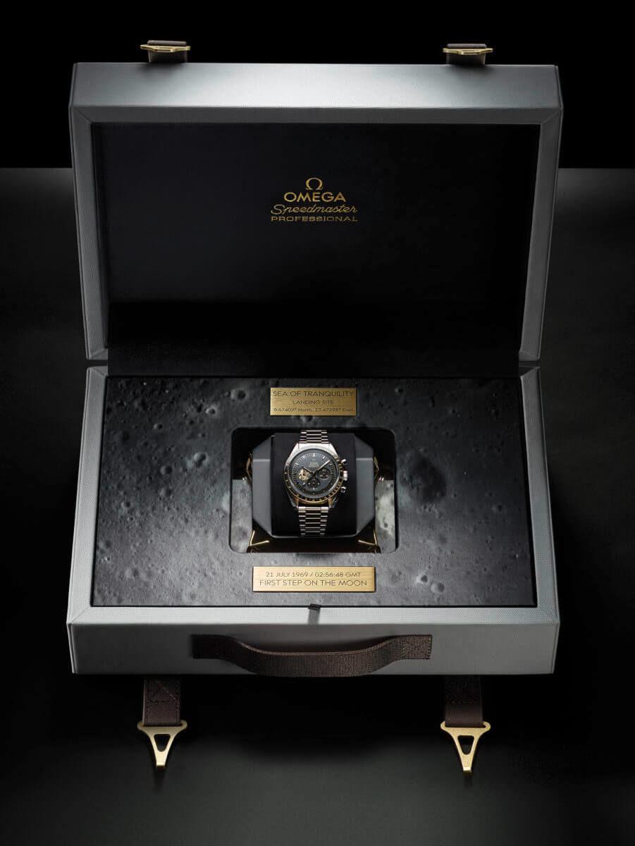 オメガ スピードマスター アポロ11号50周年 310.20.42.50.01.001のスペシャルボックスを開けた様子