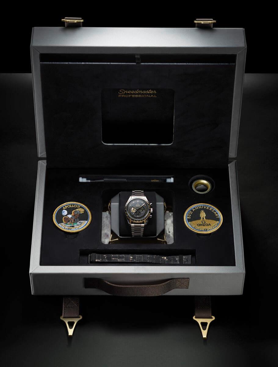 オメガ スピードマスター アポロ11号50周年 310.20.42.50.01.001のスペシャルボックスの同梱内容物