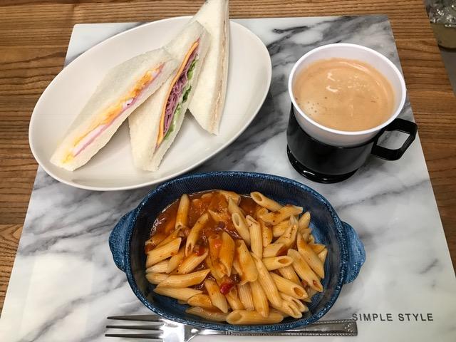サンドイッチと一緒に食べても557kcal