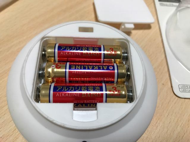 電池の入れる向きには気をつけてくださいね!