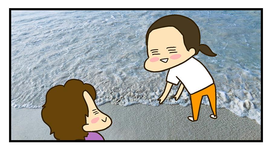 砂浜で遊ぶ夫婦