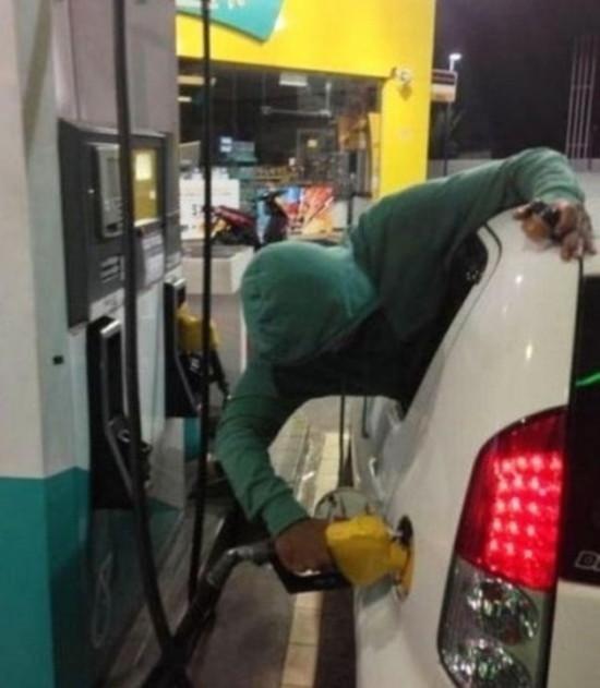車から出ないでガソリンを入れる怠け者の画像