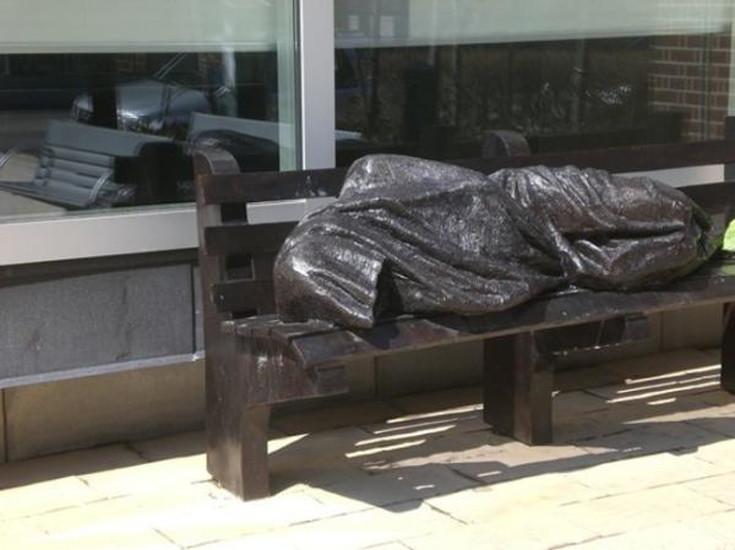 フロリダ州_オーランド_ベンチに眠るホームレスの画像