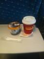 東海道新幹線でアイスクリームとコーヒー