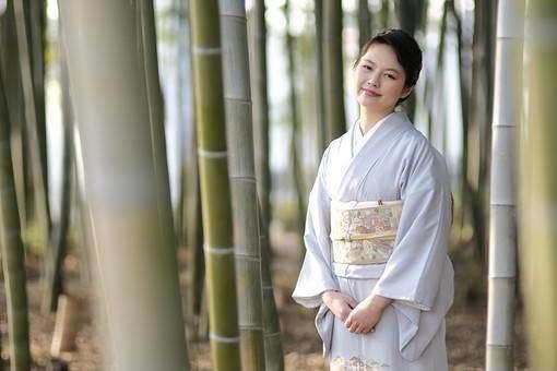 竹林に立つ着物姿の女性