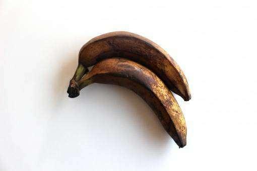 茶色くなってしまった2本のバナナ