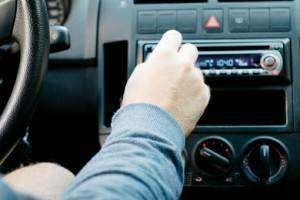 ラジオを聞くドライバー