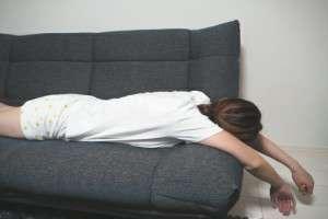 ソファーの上でだらける女性