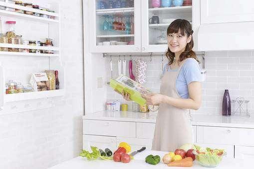 キッチンで献立を考える女性