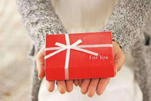 プレゼントを贈る女性