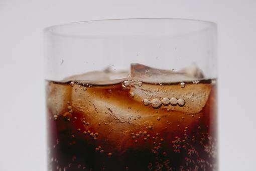 グラスに注がれたコーラ