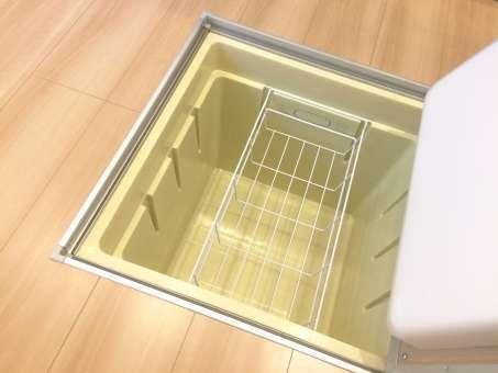 空っぽのキッチン床下収納