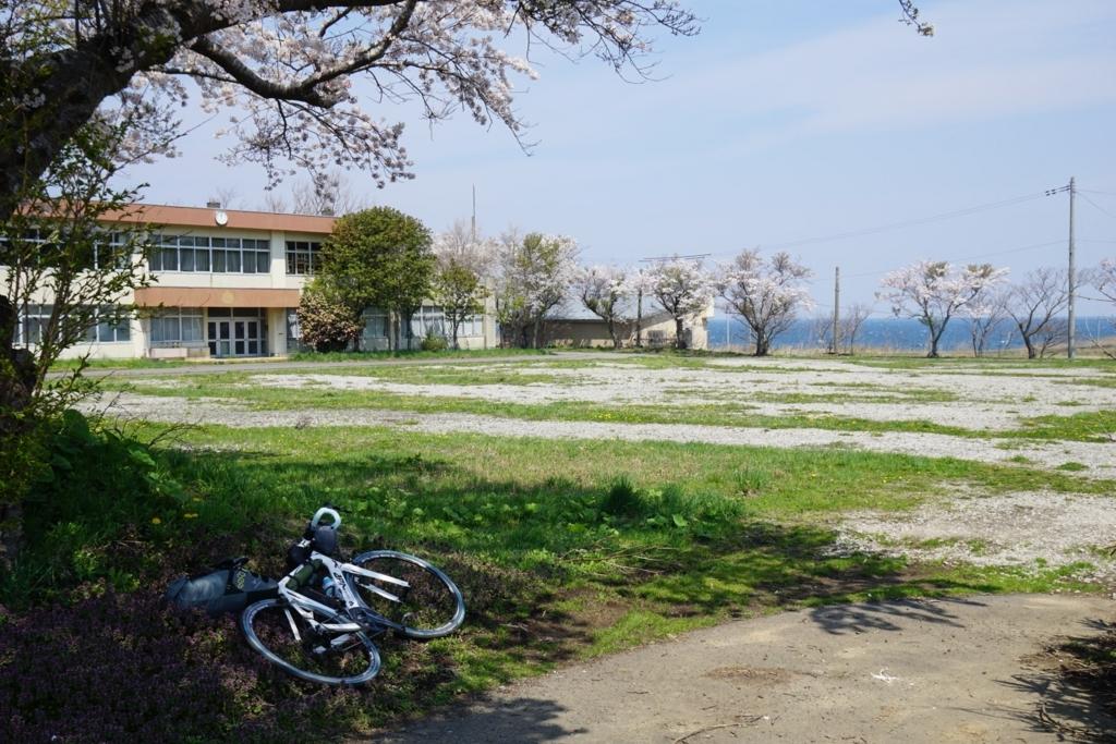 廃校と桜と海と