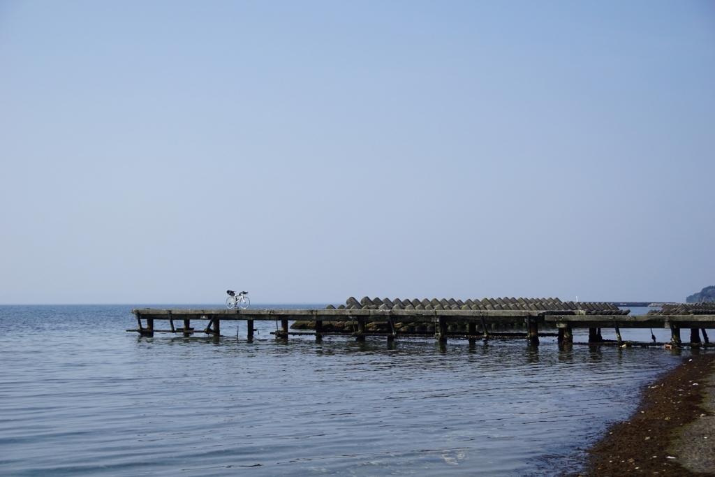海辺の桟橋で