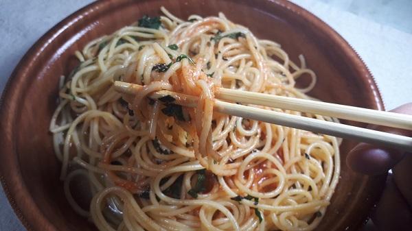 セブンパスタ「明太子と大葉の和風パスタ」を食べているところ