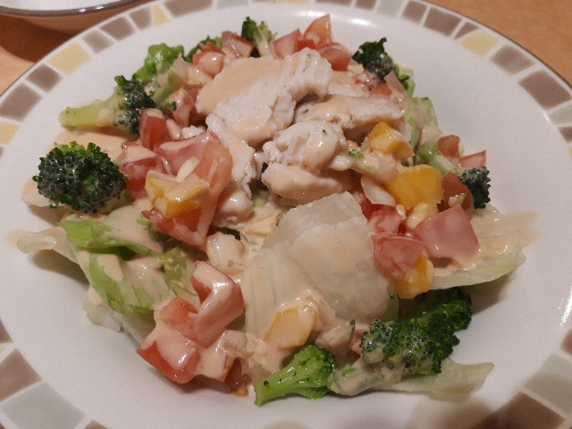 サイゼリヤ「チキンとブロッコリーのサラダ」が提供されたところ