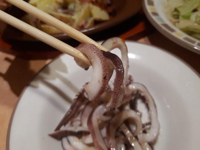 真イカのパプリカソースを食べているところ