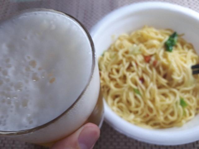 【日清焼すぱ】下町にんにくバター味とビールの図
