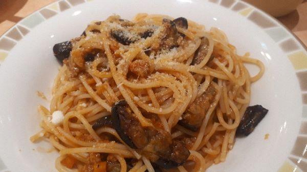 ナスのミートソーススパゲティが提供されたところ