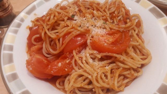 フレッシュトマトのスパゲッティが提供されたところ