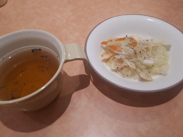 スープとサラダが提供されたところ