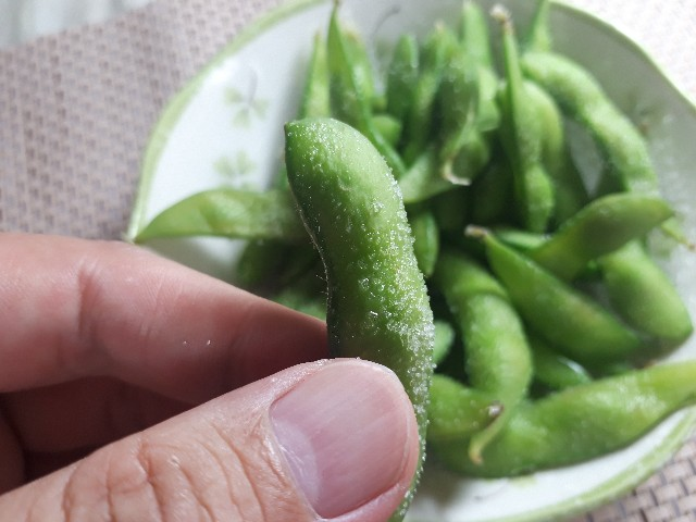 枝豆を食べているところ