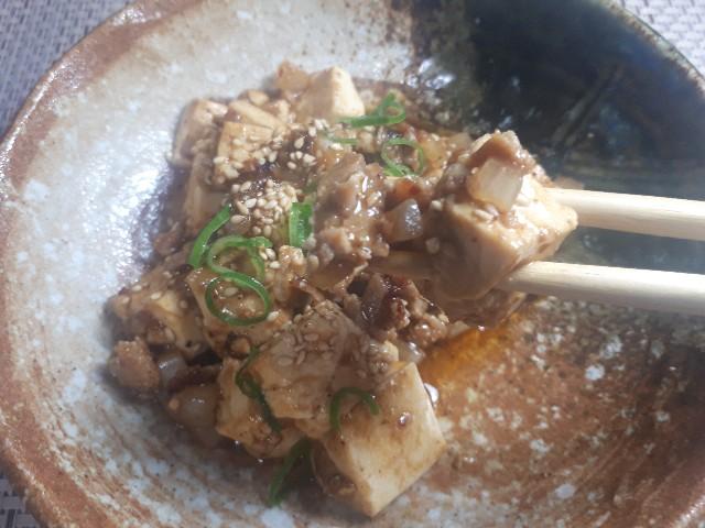 麻婆豆腐を食べているところ