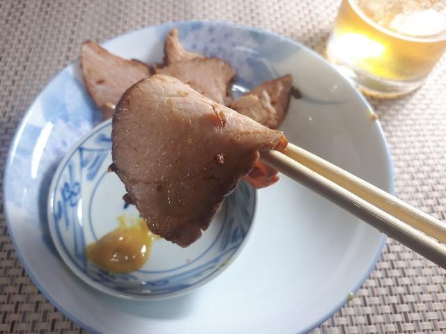 トップバリュ「もも焼豚切落し」を食べているところ