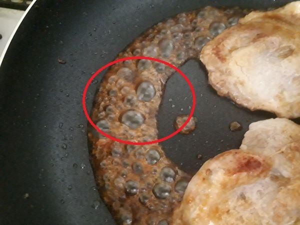 豚の生姜焼きをつくっているところ