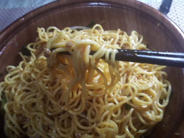 ミニストップ「台湾旨辛まぜそば」を食べているところ
