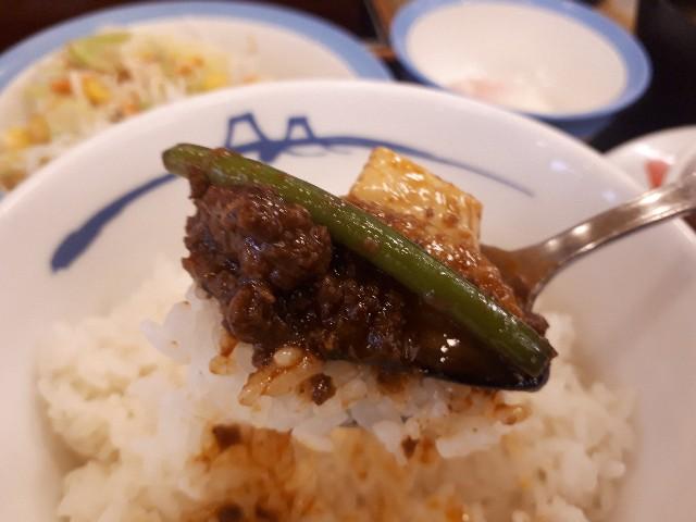 松屋「麻婆豆腐定食」を食べているところ