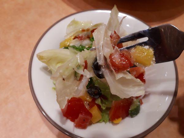 「彩りイタリアンサラダ」をたべるところ