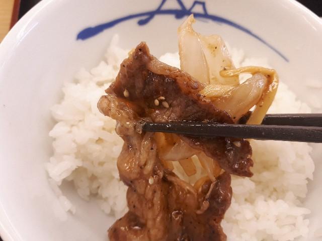 松屋「牛肉と筍のオイスター炒め定食」を食べているところ