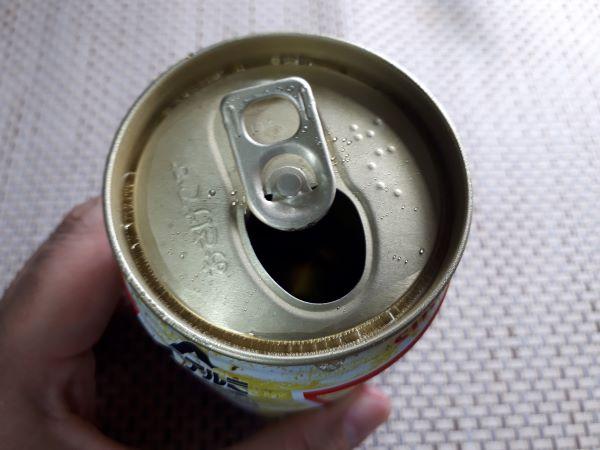 サントリー缶「トリス ハイボール」を飲むところ