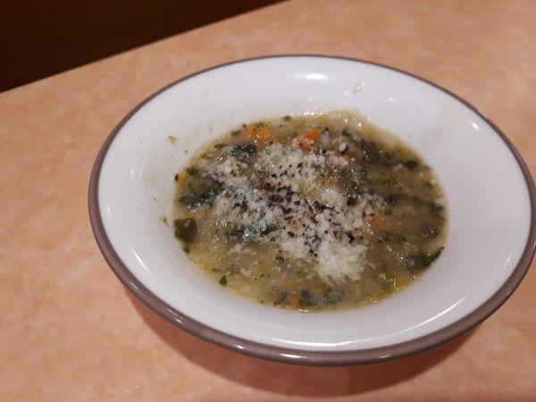 サイゼリヤ「レンズ豆とスペルト小麦のミネストローネ」を食べている