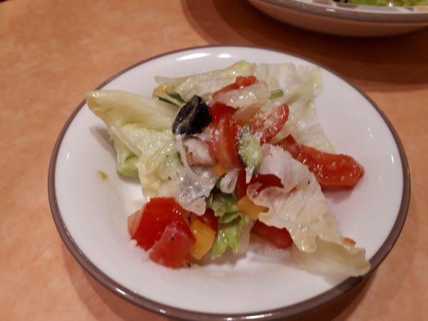彩りイタリアンサラダを小皿に取り分けた