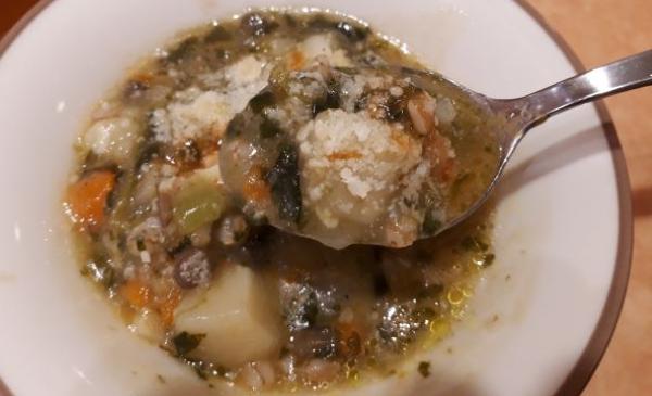 レンズ豆とスペルト小麦のミネストローネを食べている