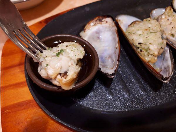 ムール貝のガーリック焼きを食べている